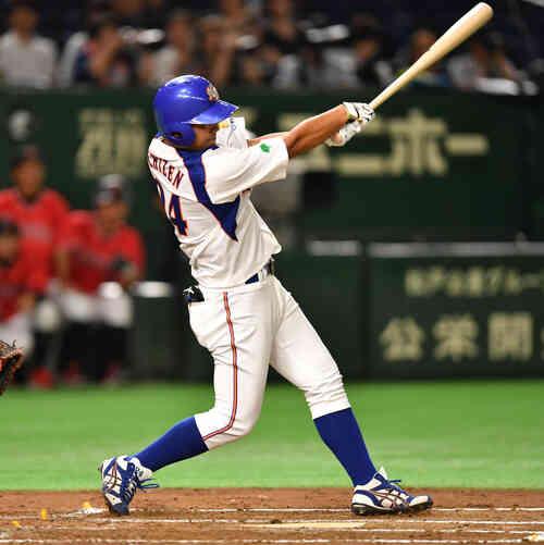 東邦ガス対NTT東日本 1回裏NTT東日本2死一塁、越前は左越えに本塁打を放つ(撮影・柴田隆二)