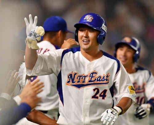 東邦ガス対NTT東日本 1回裏NTT東日本2死一塁、越前は左越えに本塁打を放ちナイントハイタッチする(撮影・柴田隆二)