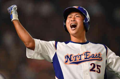 東邦ガス対NTT東日本 2回裏NTT東日本1死一塁、桝沢は左越えに本塁打を放ちガッツポーズする(撮影・柴田隆二)