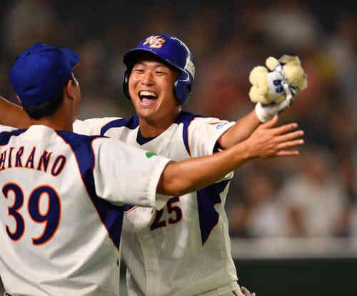 7回裏NTT東日本無死、桝沢は中越えに本塁打を放ちナインと抱き合う(撮影・柴田隆二)
