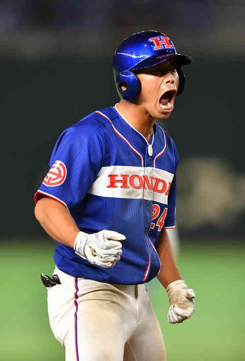ホンダ対JR四国 8回表ホンダ無死、鈴木は右中間に三塁打を放ちほえる(撮影・柴田隆二)