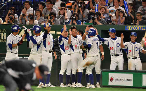 王子対SUBARU 6回表王子2死満塁、細川の満塁一掃で3点が入り盛り上がる王子ナイン(撮影・柴田隆二)