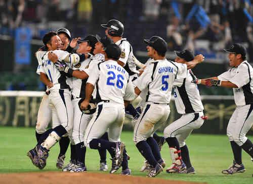 JR北海道クラブ対JR西日本 9回裏JR西日本1死一、二塁、藤沢(左端)は左中間にサヨナラ打を放ちナインと抱き合う(撮影・柴田隆二)