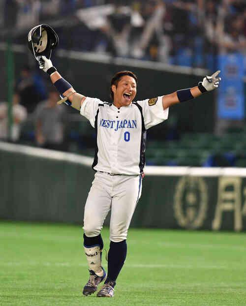 JR北海道クラブ対JR西日本 9回裏JR西日本1死一、二塁、藤沢は左中間にサヨナラ打を放ちバンザイする(撮影・柴田隆二)