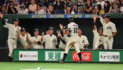 1回裏JR東日本1死三塁、松本の適時二塁打で生還した小室はナインの出迎えを受ける(撮影・柴田隆二)