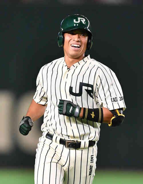 7回裏JR東日本2死、渡辺は左越えに本塁打を放ち笑顔で生還する(撮影・柴田隆二)