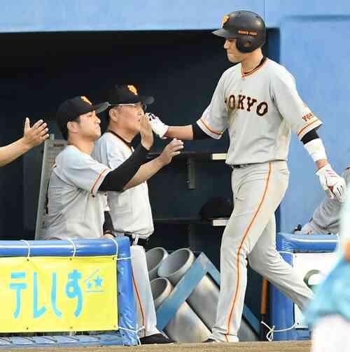 ヤクルト対巨人 1回表巨人1死一、二塁、岡本の左適時二塁打で生還した坂本勇(右)とハイタッチを交わす高橋監督(左)(撮影・鈴木みどり)