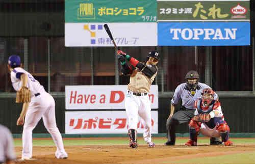 4回表全イ無死、藤嶋健人から右越え本塁打を放つ清宮(撮影・野上伸悟)
