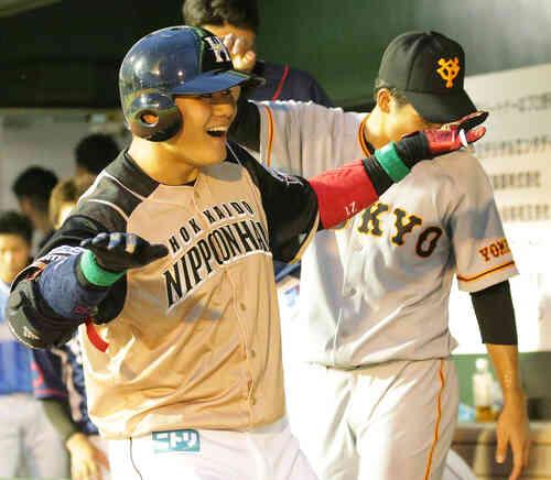 本塁打を放ちベンチでキヨダンスを披露する日本ハム清宮。右は巨人松原(撮影・中島郁夫)