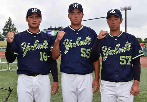 試合前に記念撮影するヤクルトの選手たち。左から寺島、村上、古賀(撮影・滝沢徹郎)