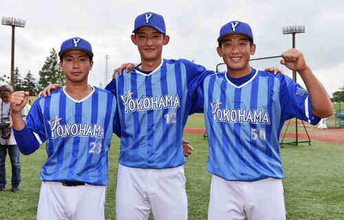 試合前に記念撮影するDeNAの選手たち。左から大河、阪口、山本(撮影・滝沢徹郎)