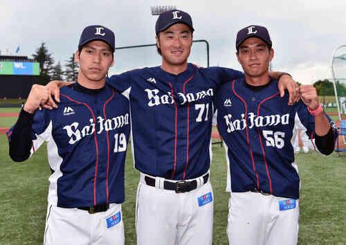試合前に記念撮影する西武の選手たち。左から斉藤、戸川、金子(撮影・滝沢徹郎)