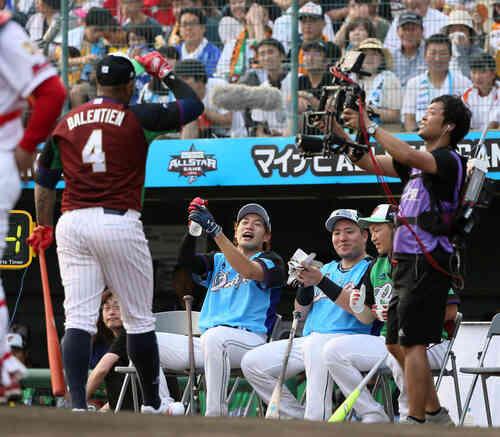 ウラディミール・バレンティン(左)に拍手を送る柳田悠岐(中央)(撮影・栗木一考)