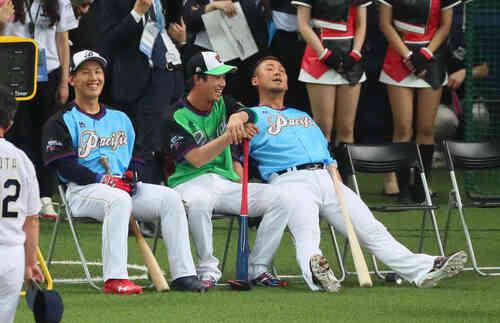 ホームラン競争1回戦で敗退した中田翔(右)はベンチに戻って疲れた表情。中央は山田哲人、左は吉田正尚(撮影・宮崎幸一)