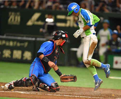 セガサミー対NTT西日本 4回表セガサミー無死一、三塁、沢良木の中犠飛で二塁走者砂川が生還する。捕手北崎(撮影・柴田隆二)