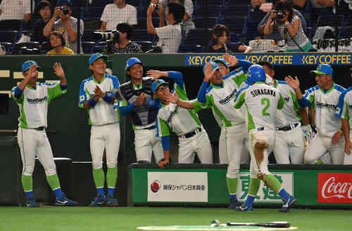 セガサミー対NTT西日本 4回表セガサミー無死一、三塁、沢良木の中犠飛で二塁走者砂川が生還しナインの出迎えを受ける(撮影・柴田隆二)