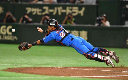3回表セガサミー無死一塁、吉田の送りバントがフライになりダイブで好捕する北崎捕手(撮影・柴田隆二)