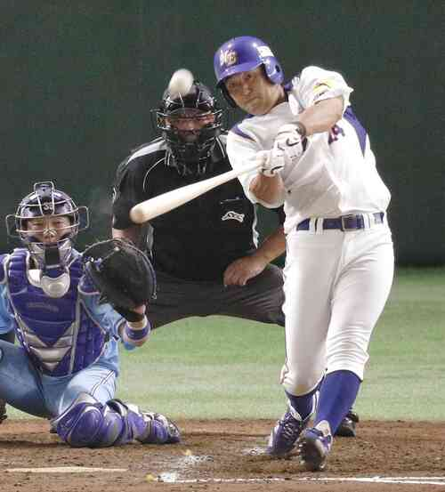 NTT東日本-大阪ガス 4回表NTT東日本2死一、二塁、越前が先制3ランを放つ(共同)
