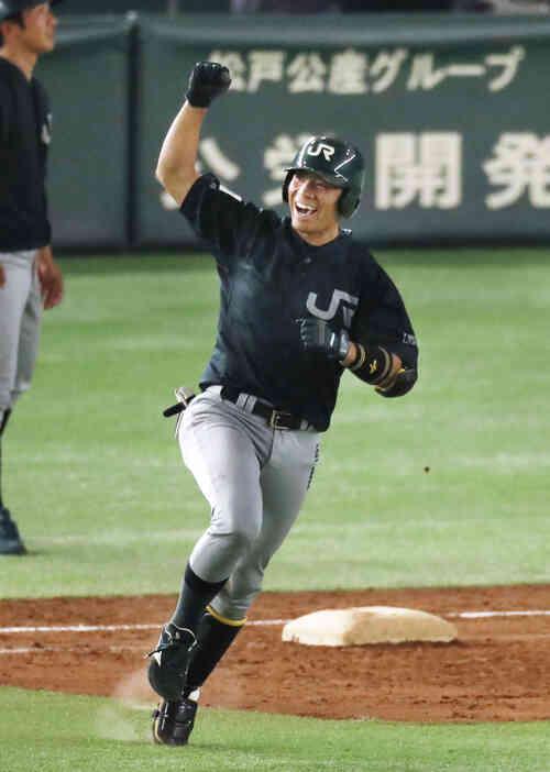 7回裏、満塁本塁打を放ちガッツポーズで一塁を回るJR東日本・渡辺(共同)