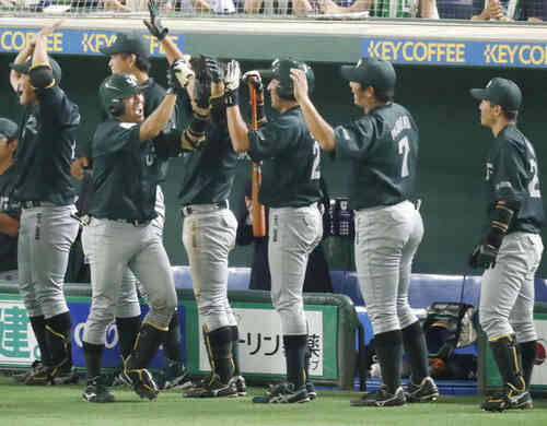 7回裏、満塁本塁打を放ち、ナインに迎えられるJR東日本・渡辺(左から2人目)(共同)