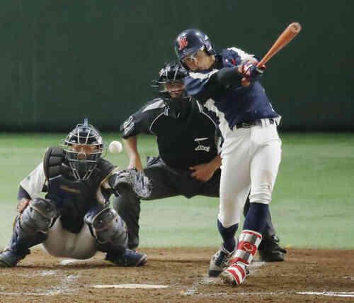 5回表三菱重工神戸・高砂2死二、三塁、渡辺が決勝の2点適時打を放つ(共同)