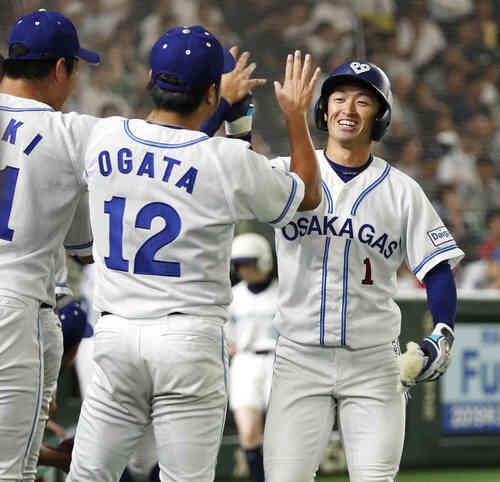 8回裏、決勝ソロを放ちナインに迎えられる大阪ガス・近本(共同)