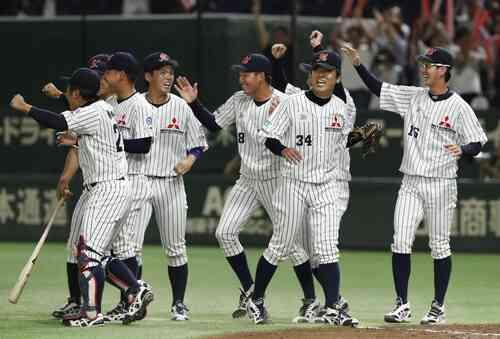 セガサミーに勝利し決勝進出を決め、喜ぶ藤井(右から2人目)ら三菱重工神戸・高砂ナイン(共同)