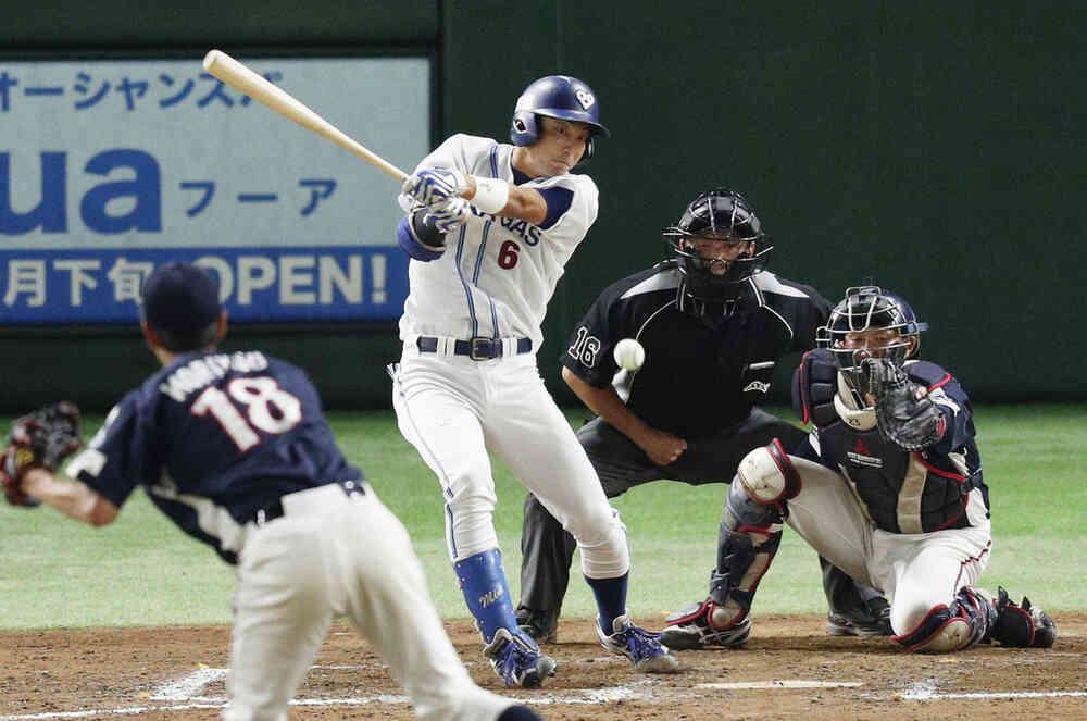 8回裏大阪ガス1死二塁、峰下が中前に先制打を放つ。投手守安、捕手森山(共同)
