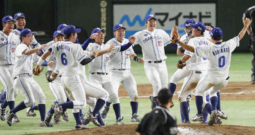 初優勝を決め、マウンドに駆け寄って喜ぶ大阪ガスナイン(共同)