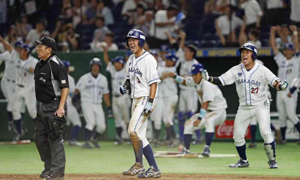 8回裏大阪ガス1死二塁、峰下の中前打で先制のホームを踏み、雄たけびを上げる青柳(中央)(共同)