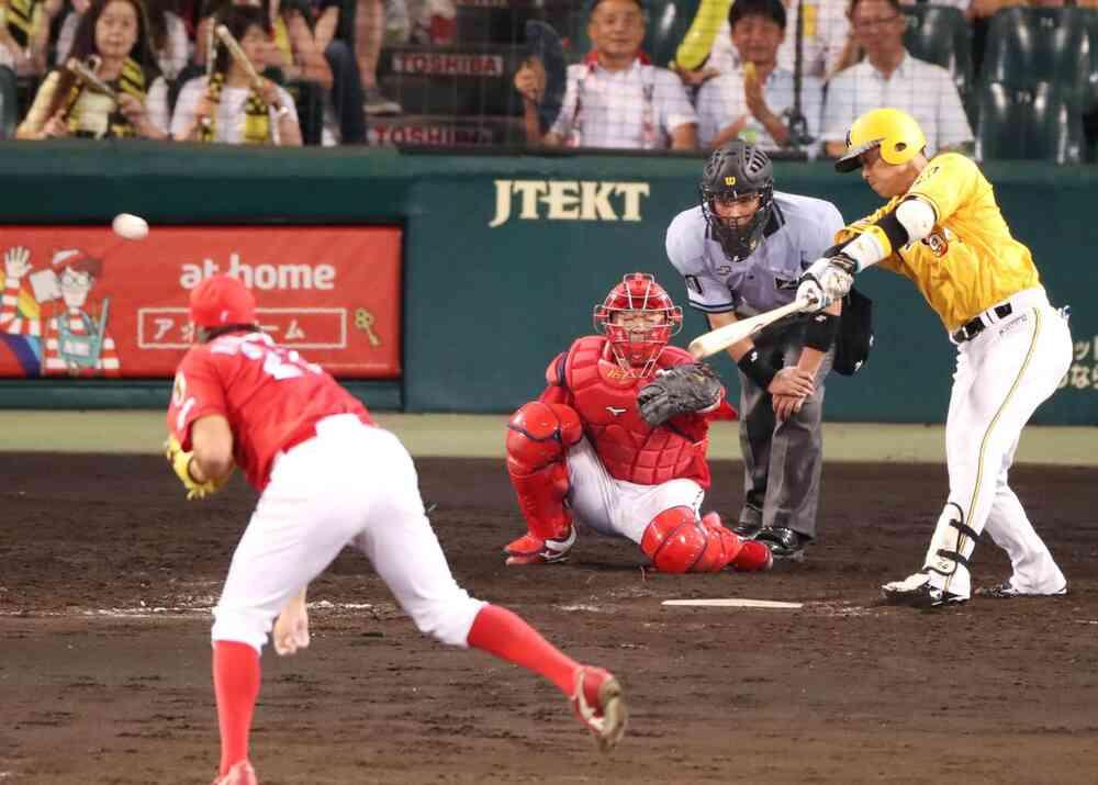 9回裏阪神2死一塁、代打原口は右前打を放つ(撮影・加藤哉)