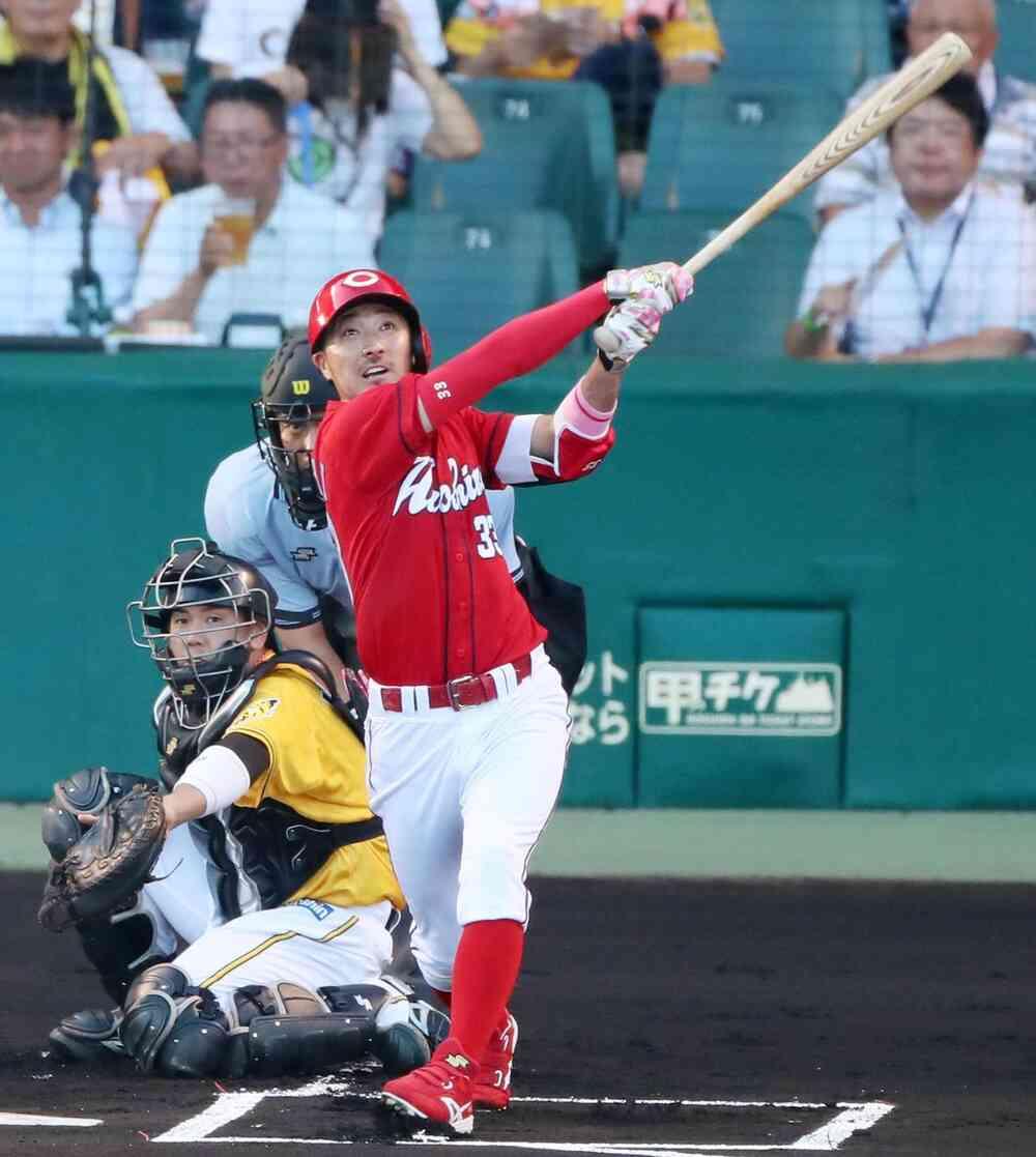 1回表広島無死一塁、菊池は左翼越え2点本塁打を放つ(撮影・加藤哉)