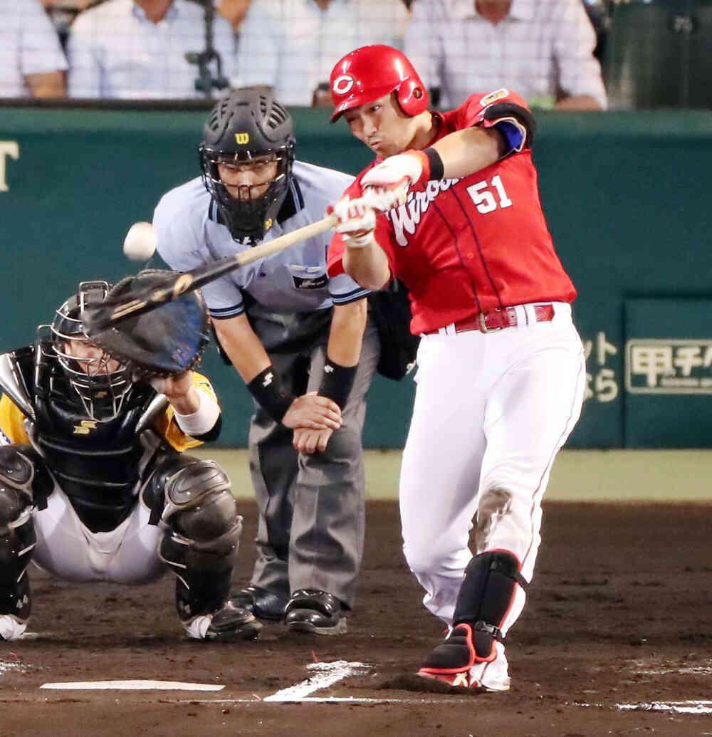 6回表広島1死、鈴木は左翼越え本塁打を放つ(撮影・加藤哉)