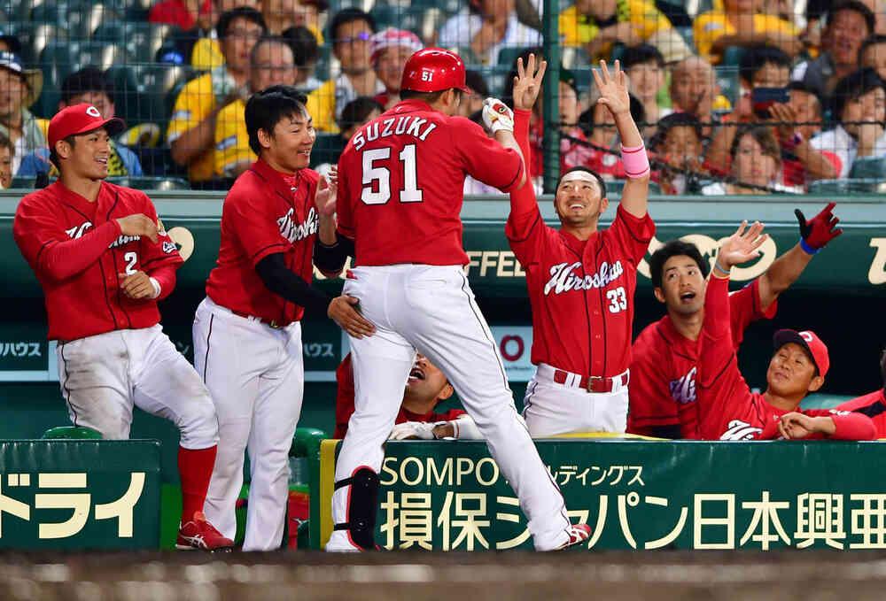 左中間へ本塁打を放ち出迎えを受ける鈴木(撮影・清水貴仁)