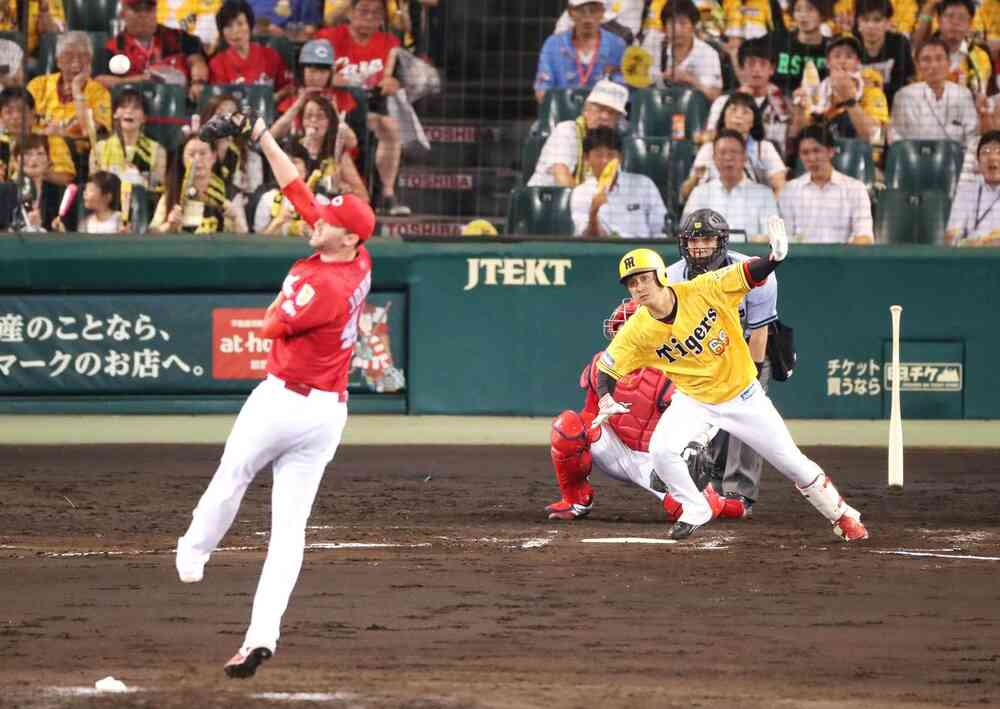 7回裏阪神1死二塁、代打俊介は中前に適時打を放つ(撮影・加藤哉)