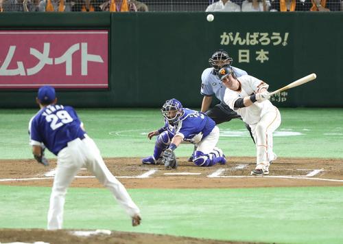 6回裏巨人無死三塁、適時打を放つマギー。投手山井(撮影・河野匠)