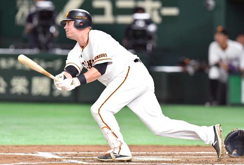 6回裏巨人無死三塁、マギーは左中間へ適時打を放つ(撮影・滝沢徹郎)