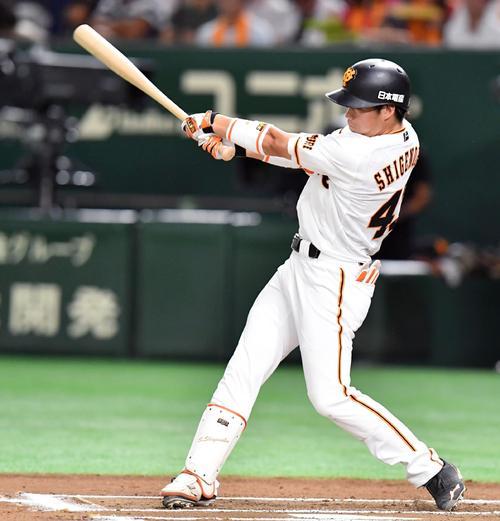 6回裏巨人無死、重信は右翼線に三塁打を放つ(撮影・滝沢徹郎)