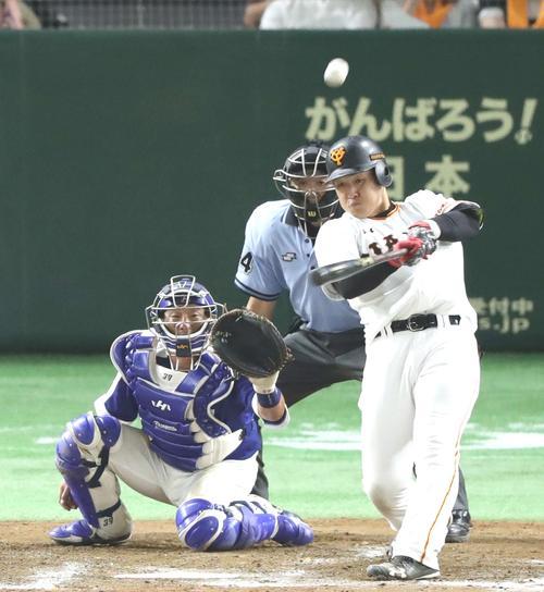 巨人対中日 8回裏巨人1死一、二塁、3点本塁打を放つ岡本(撮影・河野匠)