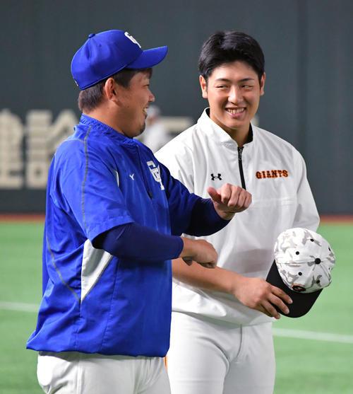 試合前の練習中に中日松坂(左)と話す巨人岡本(撮影・滝沢徹郎)