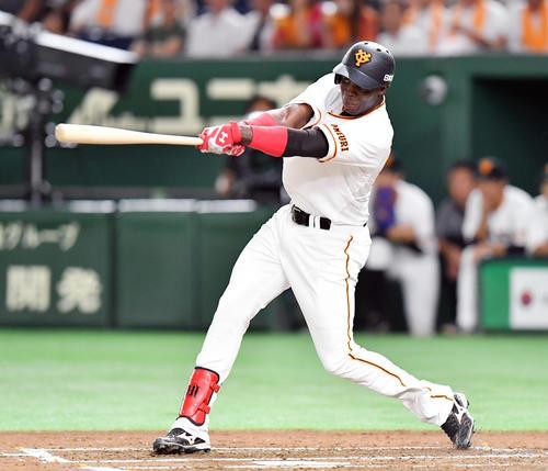 2回裏巨人1死、マルティネスは右中間へ先制となるソロ本塁打を放つ(撮影・滝沢徹郎)