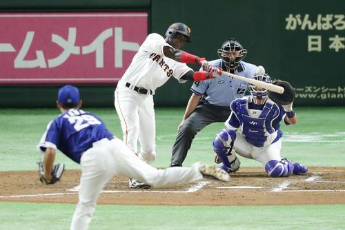 初打席初本塁打となる先制本塁打を放つマルティネス、投手山井(撮影・河野匠)