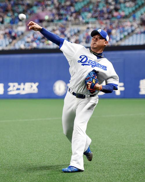 試合前、キャッチボールを行う松坂(撮影・前岡正明)