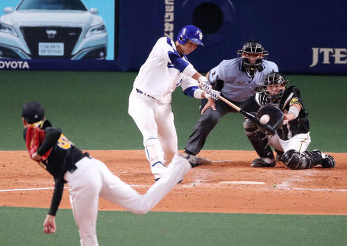 4回裏中日2死、高橋は左翼越えソロ本塁打を放つ(撮影・加藤哉)
