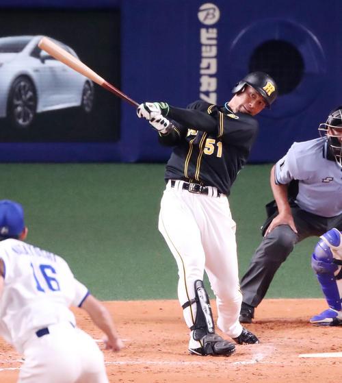 8回表阪神無死一、二塁、代打伊藤隼は右翼越え3点本塁打を放つ(撮影・加藤哉)