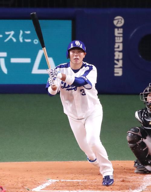 2回裏中日1死一、二塁、高橋は右翼越え3点本塁打を放つ(撮影・加藤哉)