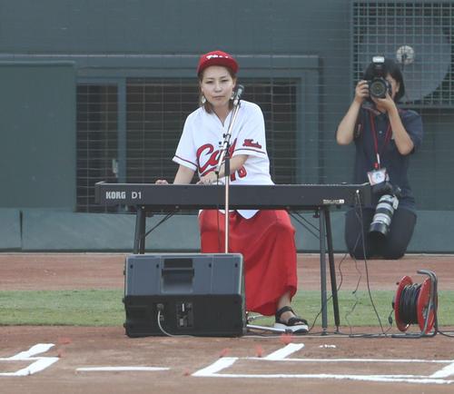試合開始前に国歌斉唱する世武裕子(撮影・林敏行)