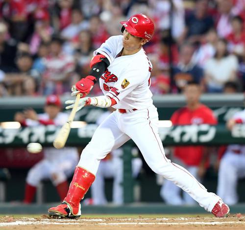 5回裏広島1死一、三塁、右前に適時打を放つ西川(撮影・ たえ 見朱実)