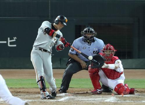 広島対巨人 7回表巨人2死一、二塁、亀井は中越え2点適時打を放つ(撮影・林敏行)