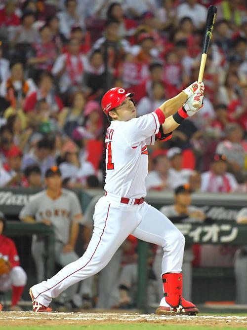 広島対巨人 7回裏広島1死一塁、この試合2本目となる右越え2点本塁打を放つ鈴木(撮影・上田博志)